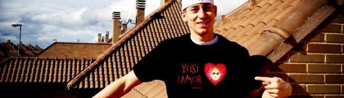 """Yeisi con la camiseta lolasa """"Yeisi es amor"""" de Pablo Lolaso"""